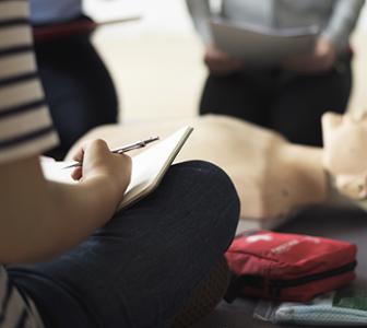 Etudiants assis avec cahier