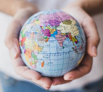 Globe terrestre dans mains