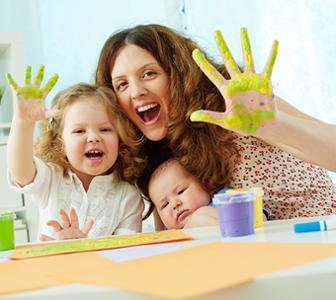 Mère et enfants avec mains dans peinture