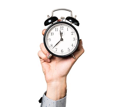 Horloge tenue dans une main