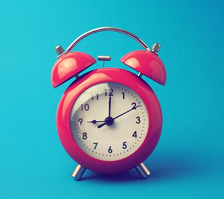 Horloge rouge sur fond bleu