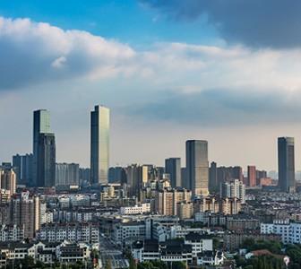 Vue d'une ville avec gratte-ciel